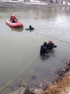 masina olt 2 225x300 Barbat gasit mort intr o masina cazuta in apa Oltului