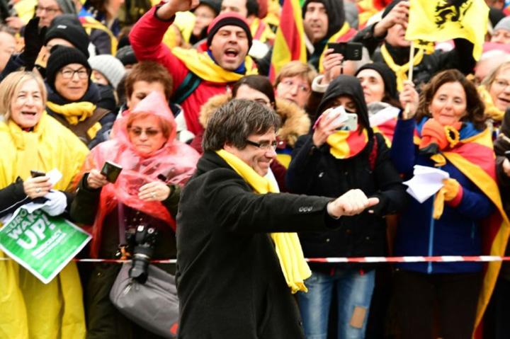 medalion puigdemont Catalanii iau cu asalt Bruxelles ul