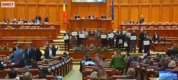 pancarte 350x158 Cu portavoce si pancarte cu hotii, in Parlament