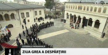 sfarsit slujba 2 350x180 Slujba de inmormantare a Regelui Mihai, oficiata la Patriarhie, s a incheiat