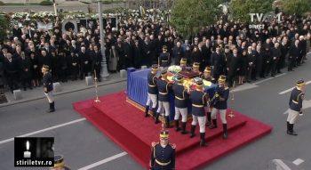 slujba 350x191 Funeralii Regele Mihai. Mii de oameni au asistat la slujba din Piata Palatului Regal
