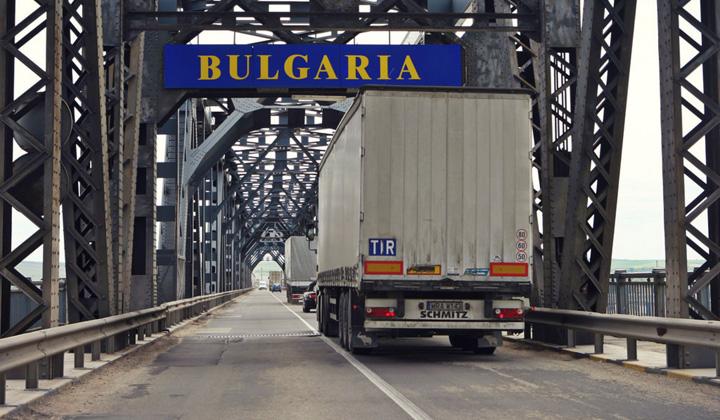 tir Cum fenteaza romanii...Romania: plinul in Bulgaria, profit de 500 de lei