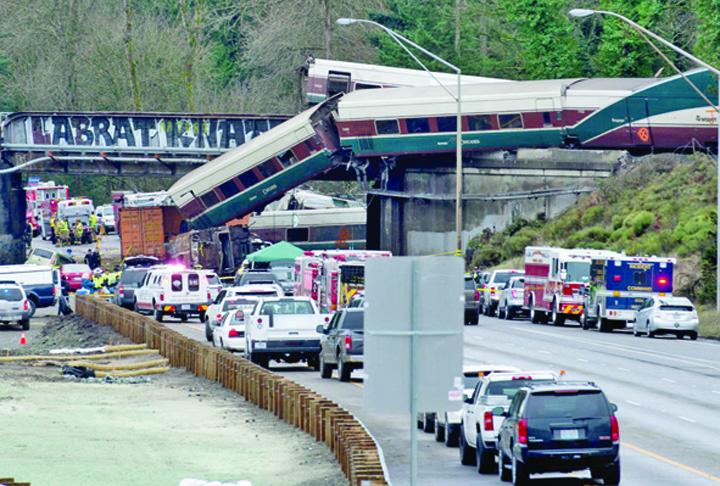 tren Tren prabusit peste autostrada in SUA