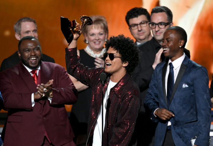 Bruno mrasjpg Grammy 2018: trandafirii albi ai violului!