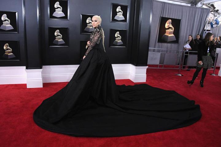 Lady Gaga Grammy 2018: trandafirii albi ai violului!