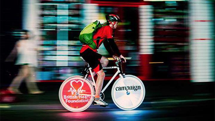 bicicleta cu reclama Premiera in Romania: Publicitate video pe bicicleta
