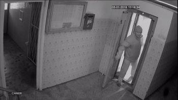 cautat 350x197 Copii abuzati in lift. Autoritatile fac publice noi imagini cu suspectul cautat de doua zile!
