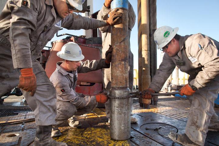 muncitori platforma petroliera Chinezii,  cu ochii pe gazele si petrolul nostru