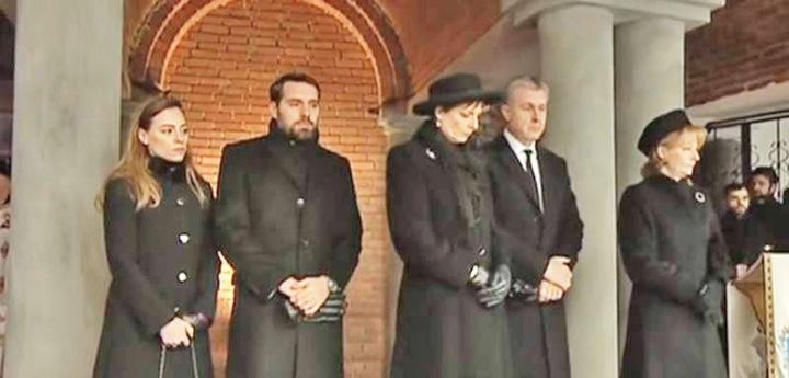 parastas rege Urmasii Regelui Mihai pupa si ei Piata Independentei