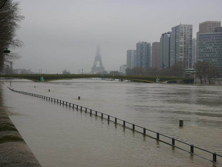 sena 1 Parisul, sub apele Senei