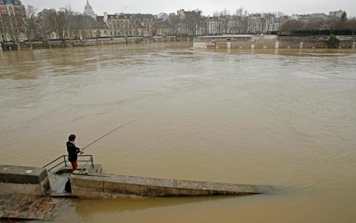 sena Parisul, sub apele Senei
