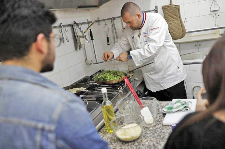 chef mare Chef ul de la Elysee ii invata meserie pe tinerii gay din Israel