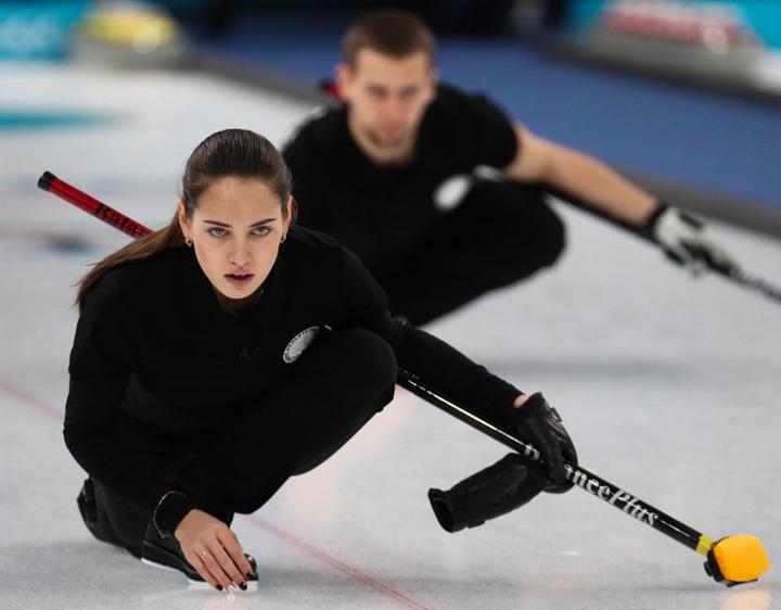 curling Antrenorul care tricoteaza pe pista olimpica