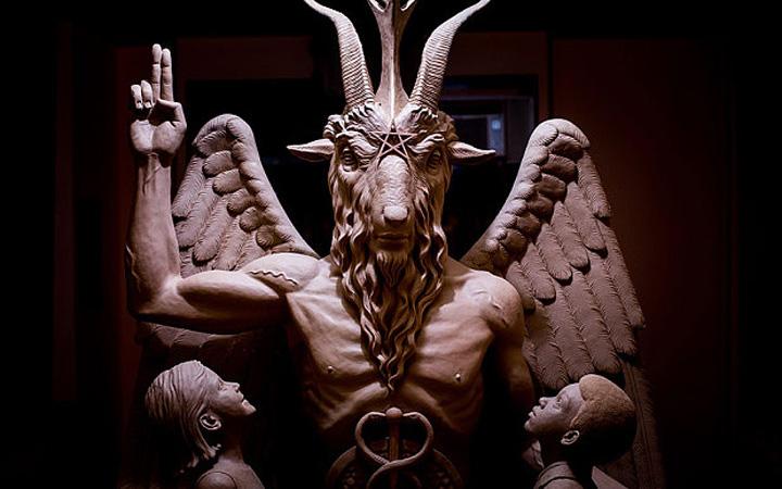 demoni Demonii mananca cu mana stanga