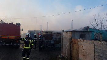 incend2 350x197 Incendiu puternic la Medgidia. Mai multe locuinte afectate de flacari