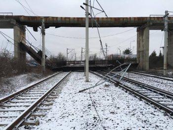 pasarela 350x263 UPDATE Circulatie feroviara afectata in statia Ploiesti Vest. O pasarela acazut pe linii