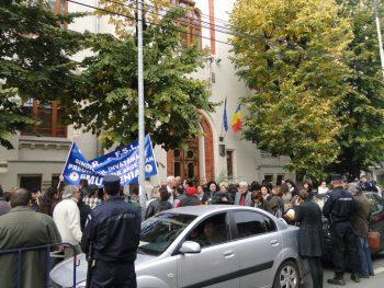 prot 350x263 Sindicalistii din Invatamant picheteaza Ministerul Muncii. Ziua 1