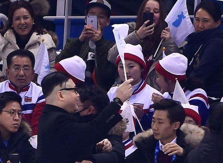 sosia 2 JO 2018: Sosia lui Kim Jong un in fata majoretelor nord coreene