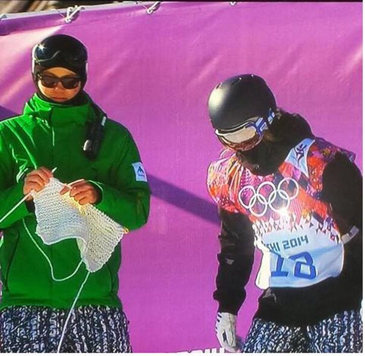 tricotat la soci Antrenorul care tricoteaza pe pista olimpica