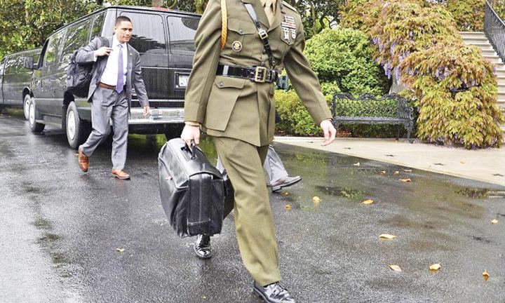 valiza 1 Bataie pe valiza nucleara a lui Trump