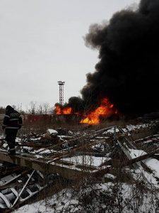 incendiu 1 225x300 Incendiu in Ploiesti. Flacari si fum gros in zona unui rezervor cu pacura