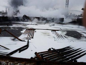 incendiu 2 350x263 Incendiu in Ploiesti. Flacari si fum gros in zona unui rezervor cu pacura