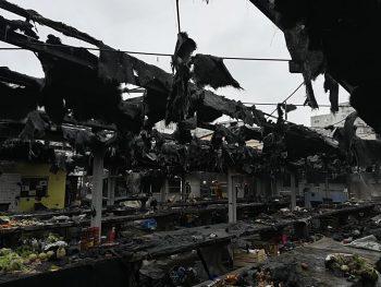 incendiu piata 350x263 Incendiu puternic, cufoarte mult fum, intr o piata din Arad. FOTO