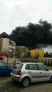 piata incendiu 2 169x300 Incendiu puternic, cufoarte mult fum, intr o piata din Arad. FOTO