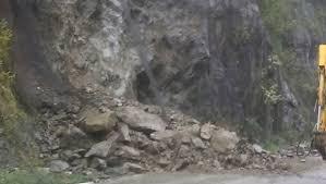 pietre Aproape 35 de tone de piatra, cazute pe carosabil pe Valea Oltului