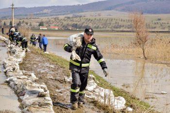 pompier inundatii 350x233 Efectele inundatiilor, vizibile in peste 30 de localitati din 13 judete