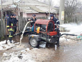 pompieri 350x263 Efecte ale topirii zapezii: Gospodarii inundate in localitati din sase judete