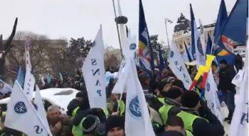 prot 350x192 Sute de sindicalisti din politie si penitenciare, protest in fata MAI