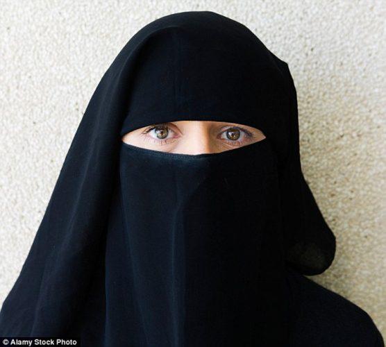 hijab  556x500 Poarta hijab pentru ca e blonda
