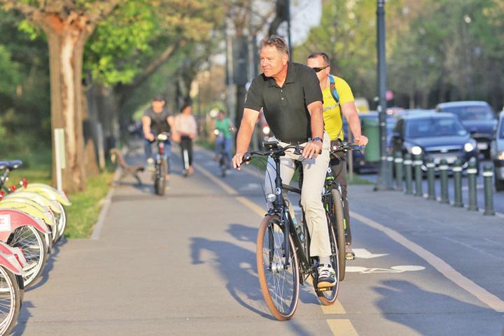 iohannis bicicleta 4 Iohannis si atentatul de la Arcul de Triumf
