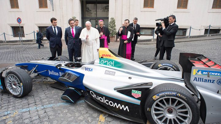 papa 1 720x405 Papa Francisc  a sfintit o masina de curse