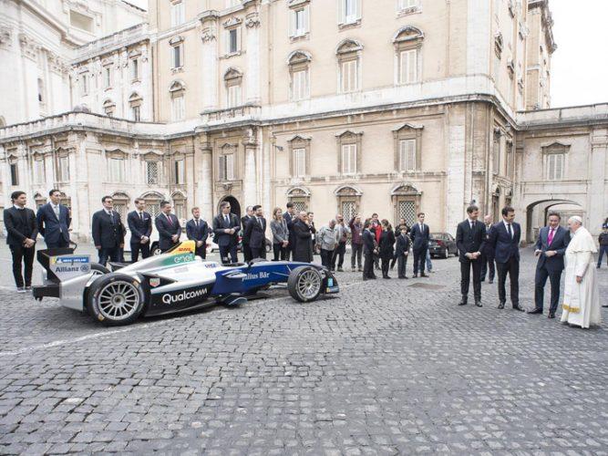 papa 3 667x500 Papa Francisc  a sfintit o masina de curse