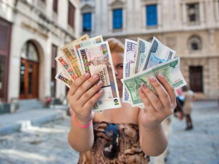 rusi datornici 1 In Rusia, cine are datorii la stat nu poate pleca din tara