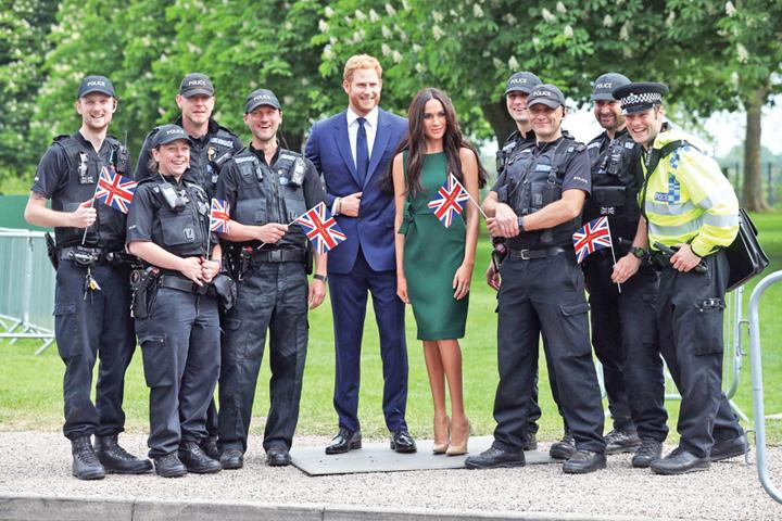 În Windsor au fost expuse statuile de ceară ale lui Harry şi Meghan Nunta regala va duce Marii Britanii peste 1 miliard de lire sterline