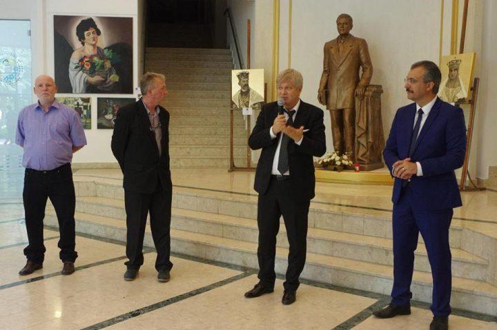 Expozitie pictura elevi 1 720x479 Picturi ale liceenilor de la Dimitrie Paciurea, intr o expozitie dedicata Centenarului Marii Uniri