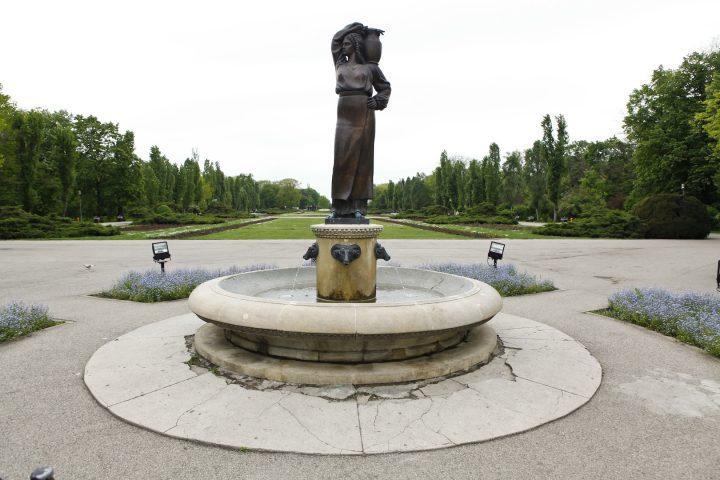 MG 5922 720x480 Fata cu ulciorul de apă din parcul Regele Mihai I