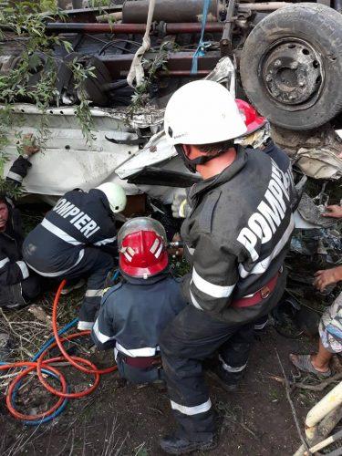 accid cam 375x500 UPDATE: Camioneta cazuta de pe un pod, in Arad. Un om a murit