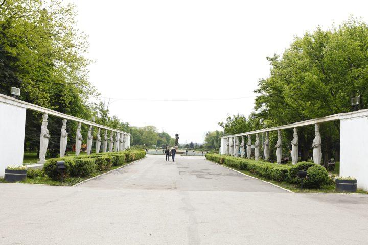 aleea cariatidelor 720x480 Fata cu ulciorul de apă din parcul Regele Mihai I