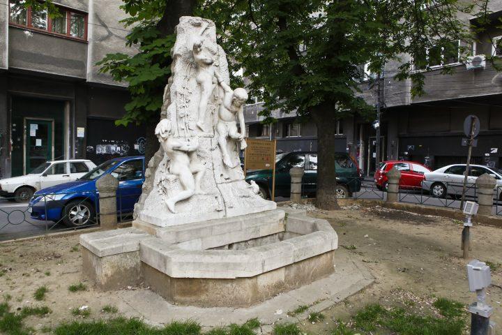 """fantana cu copii 720x480 """"Fântâna cu copii"""" a sculptorului Ioan Iordănescu"""