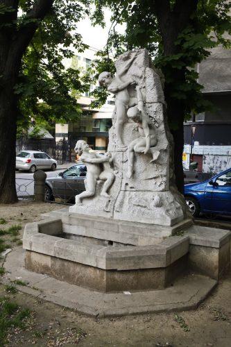 """fantana2 333x500 """"Fântâna cu copii"""" a sculptorului Ioan Iordănescu"""