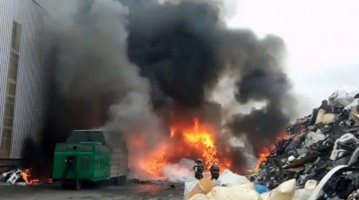 incendiu 1 720x402 Incendiu puternic la un depozit de mase plastice din Prahova (VIDEO)