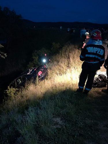 masina scufundata 375x500 Masina cazuta intr un lac din Arad. Doua tinere au murit