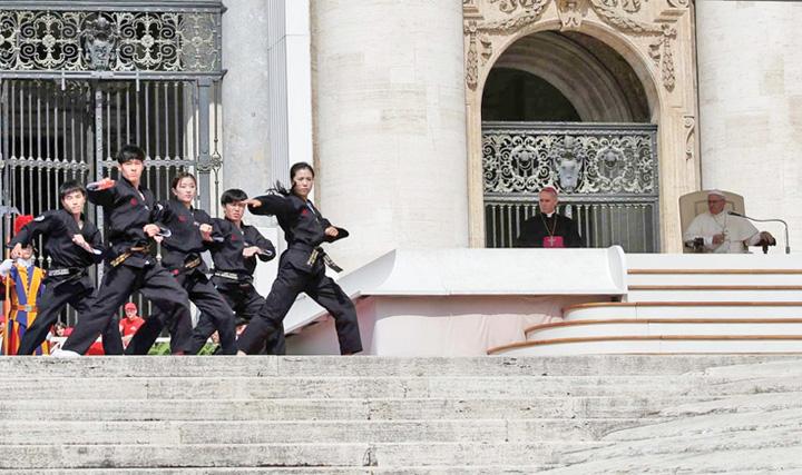 papa bun Lectie de arte martiale pentru Papa Francisc