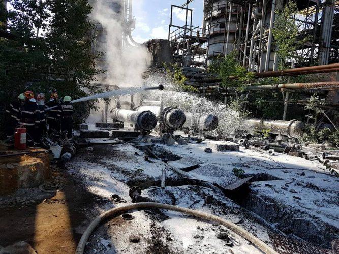 rafin 2 667x500 Incendiu violent in curtea fostei rafinarii Astra (FOTO)