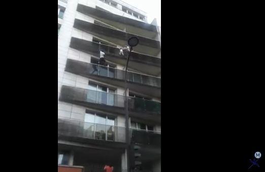 salv Tanarul care a salvat un copilas escaladand balcoane mai ceva ca Spiderman, primit la Elysee (VIDEO IMPRESIONANT)