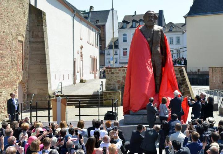 stastuie marx Germania il glorifica pe tovarasul Marx